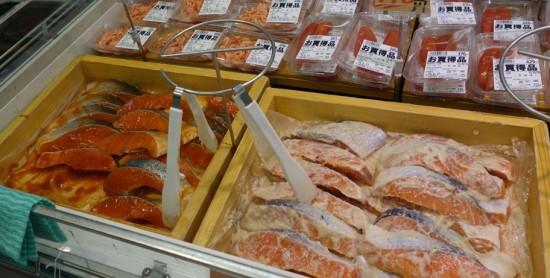 スーパー店頭に並ぶチリ産養殖サーモン。国産養殖や天然モノに比べて安く、人気がある