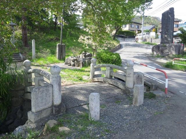 岡田神社の石橋 (2)