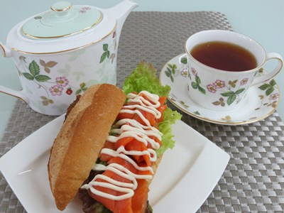 s-スモークサーモンのサンドイッチとラプサンスーチョン