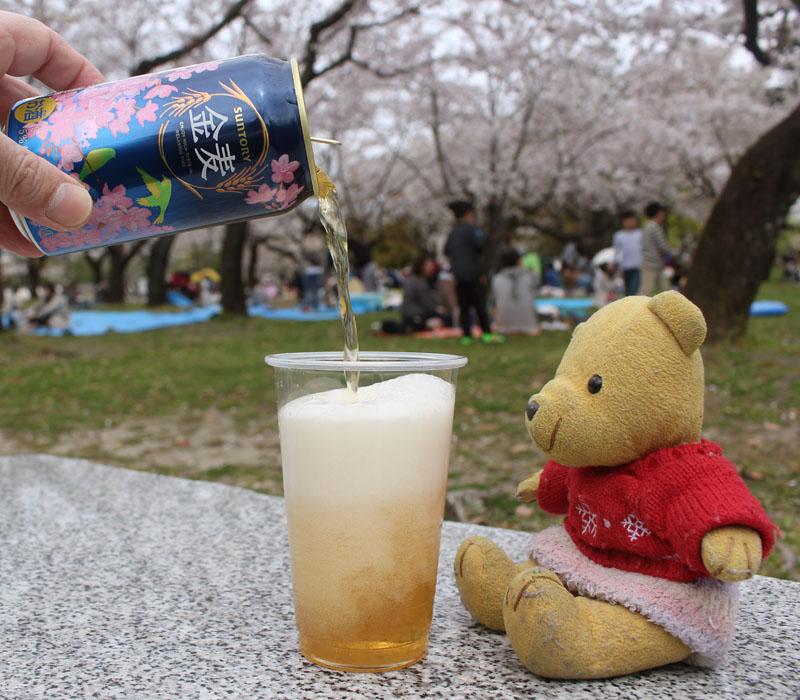 桜の前で金麦を注ぐ・駿府城公園 160406