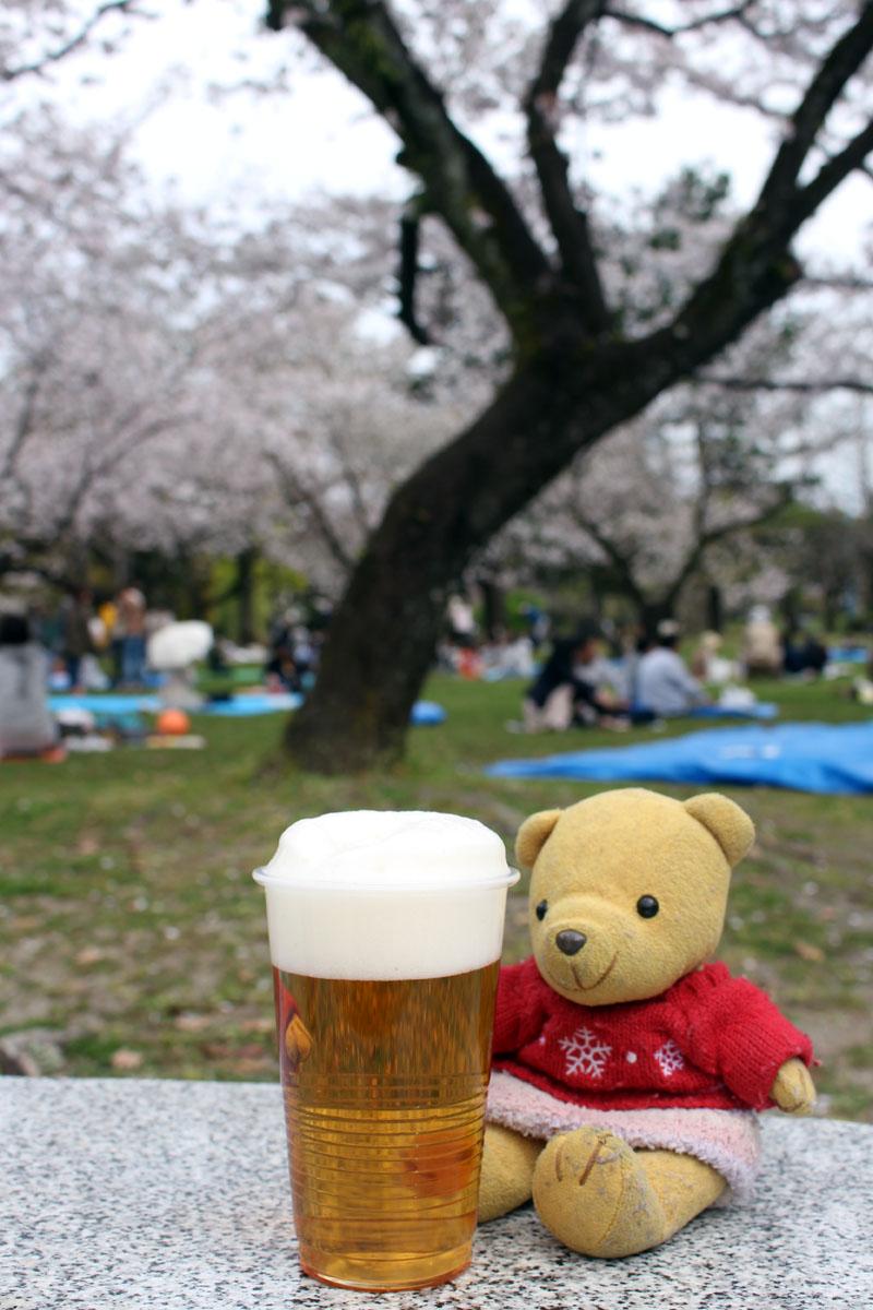 桜をバックにプラコップの金麦と・駿府城公園で 160406