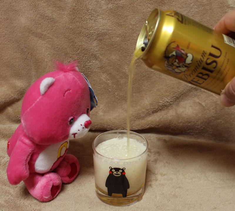 ケアベア YEBISUビールを注ぐ