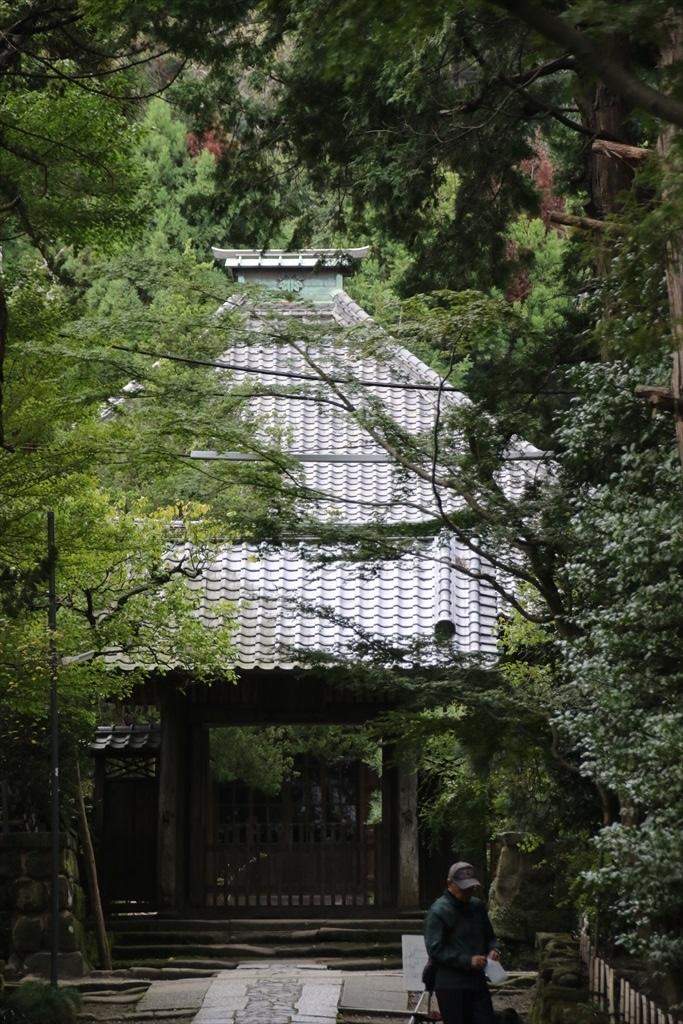 山門と仏殿とが見えるのだが、進むことができるのはここまで_1