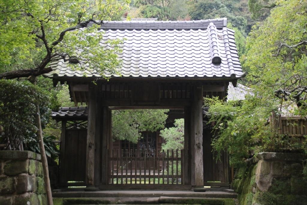 山門と仏殿とが見えるのだが、進むことができるのはここまで_2