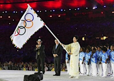 閉会式で五輪旗を掲げる小池都知事