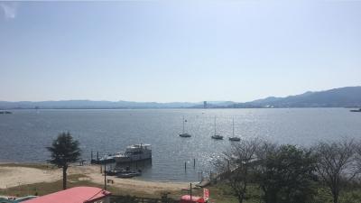 快晴の琵琶湖南湖ホテル井筒沖 ボートはそこそこ釣りに出てるけどランチタイム前のレストランキャビンは空いてます(10月30日11時30分頃)