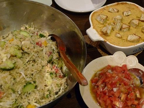 キノアサラダとコーンブレッド