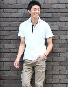 白ポロシャツ×ベージュのチノパン