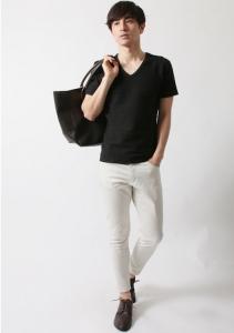 黒の無地Tシャツ×白パンツ