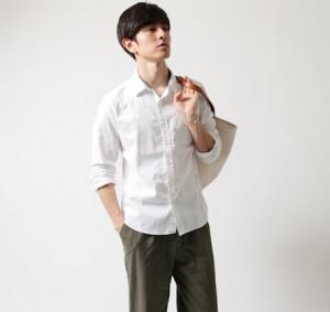 白 リネンシャツ