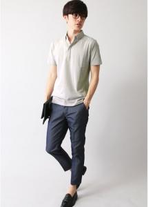 グレーのポロシャツ×スラックス