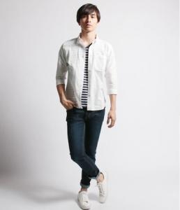 白のリネンシャツ×デニム