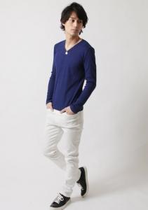 ブルーのTシャツ×ホワイトパンツ