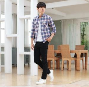 ブルーのチェックシャツ×黒のスキニーパンツ