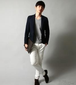 黒のテーラードジャケット×白パンツ
