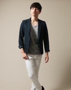テーラードジャケット×白パンツ