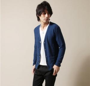 ブルーのカーディガン×白の無地Tシャツ