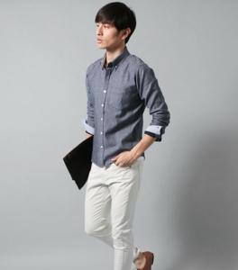 ライトグレーのシャツ×ホワイトパンツ
