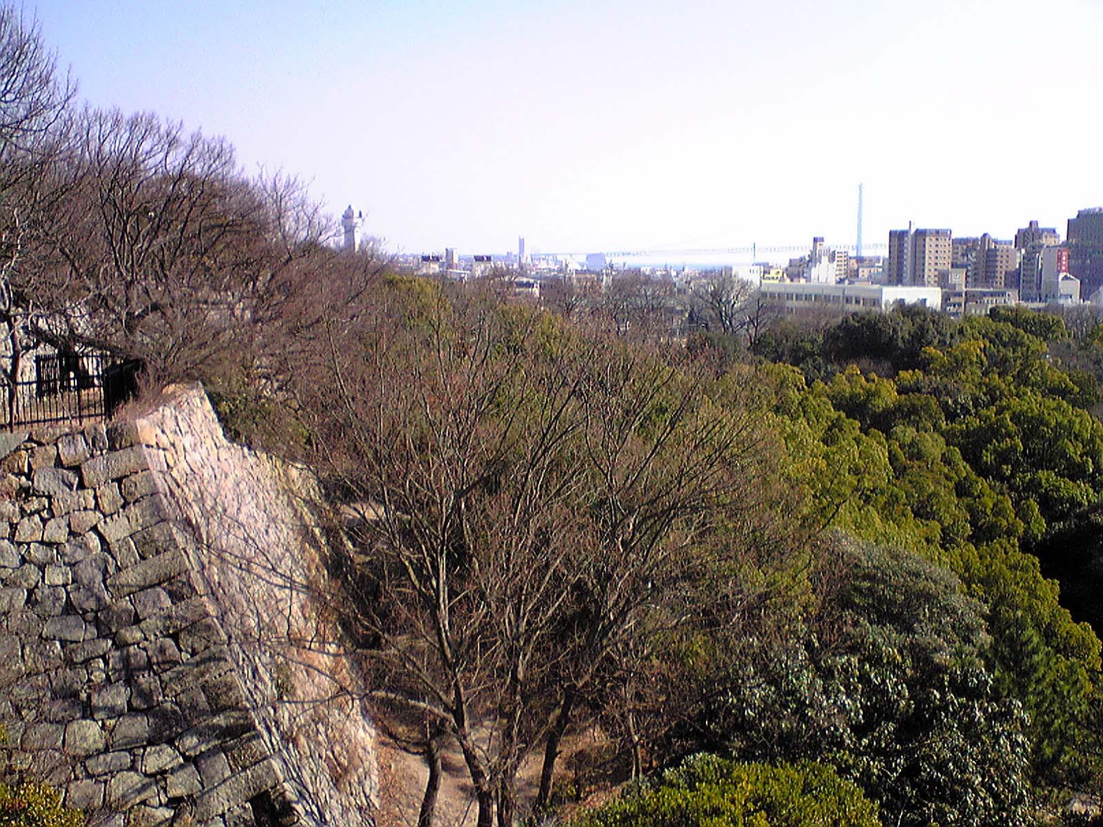 明石城〜巽櫓内より明石大橋を望む
