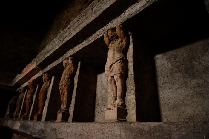 ポンペイ フォロ 内部 神々彫像 201603