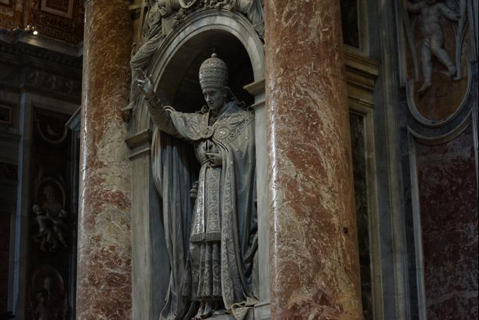 サンピエトロ大聖堂 内部 法王 彫像 201603