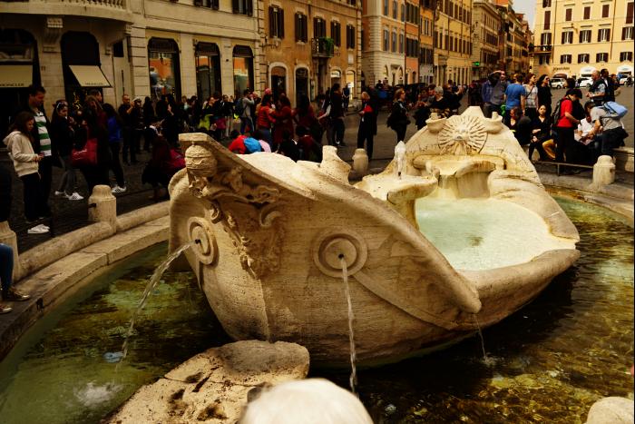 ローマ スペイン広場 彫像 船 201603
