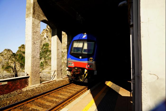 イタリア マナローラ駅 鉄道 断崖絶壁 トンネル 201603