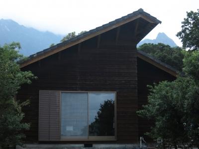 160921-1=早朝の枕流庵外観とモ岳fm前庭