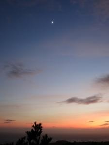 161005-21=夕焼けと三日月fm枕流庵前庭