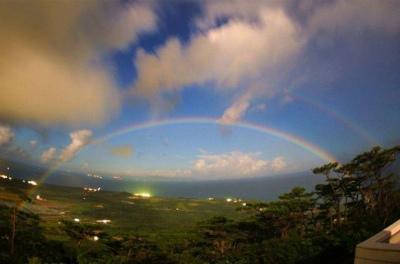 CvAr_7UVUAANsnQ夜空に月虹