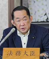 金田法相は14日の記者会見で、蓮舫が二重国籍の解消のために行ったとしている手続きについて「一般論として、台湾当局が発行した外国国籍喪失届(国籍喪失許可証)は受理していない」と指摘した。