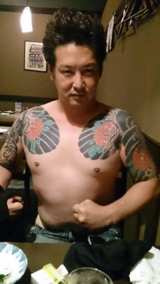 しばき隊(男組)の刺青チンピラ添田充啓(髙橋直輝)は、今年8月ごろから北部訓練場の妨害活動に参加し、辛淑玉や福島瑞穂らと共に中心的な役割を担っていた。