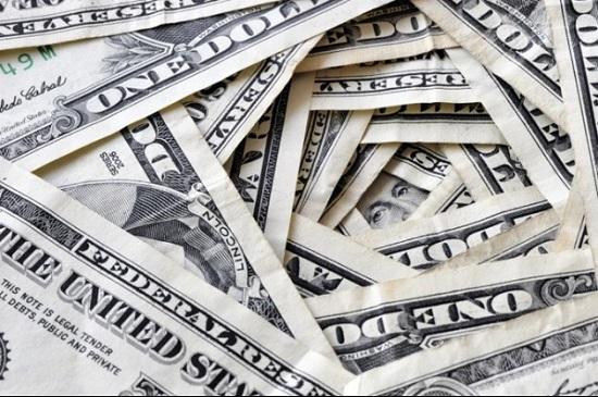 24日、韓国企画財政部のソン・インチャン国際経済管理官(次官補)は、「日韓通貨スワップ協定は慣例に従えば大きな問題はないだろう」とし、「自国の通貨を預けてドルで借りるのが原則だ」と述べた。写真はドル。