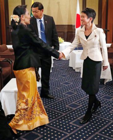 ミャンマーのアウン・サン・スー・チー国家顧問兼外相(左)と握手をする民進党の蓮舫代表=4日午後、東京都内のホテル