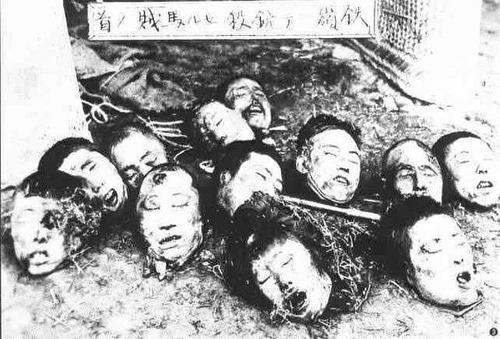 この写真は、満州の張学良の部下が盗賊を銃殺して見せしめとして首を切って晒したものを撮影した写真であり、1937年の南京戦よりも何年も前から満州や朝鮮の土産屋などで「鉄嶺ニテ銃殺セル馬賊ノ首」と題して販