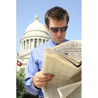 新聞を読む人は高年収!? 年収1,000万円以上では9割、300万円未満は5割購読