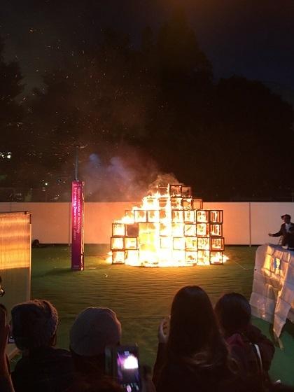 神宮外苑のイベント会場で火事 5歳男児死亡 2人けが 東京