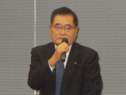 集会には亀井静香衆議院議員もかけつけあいさつ。