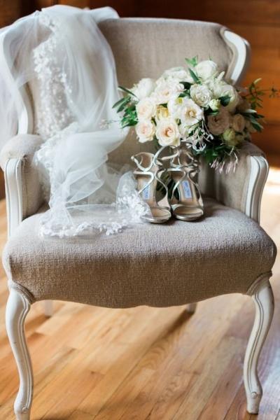 10-neutral-wedding-acessories-and-bouquet.jpg