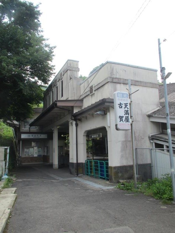宝山寺駅1