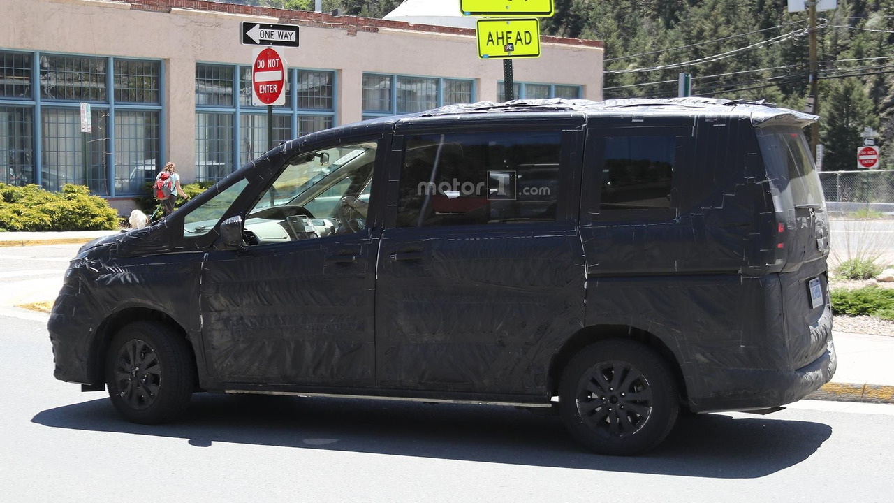 next-gen-nissan-serena-spy-photo (9)