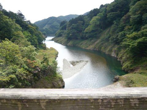 そして川にかかる吊橋