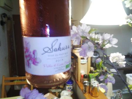 キュヴェ・SAKURAワイン ボトルと桜