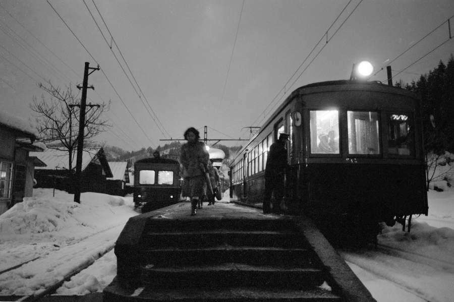 蒲原鉄道 冬の七谷駅夕暮れの乗客4 198年月 16bitAdobeRGB原版take1b