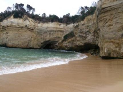 砂浜と断崖絶壁