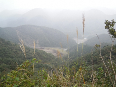 仏果山から下山途中に見える例の採石場(?)161025
