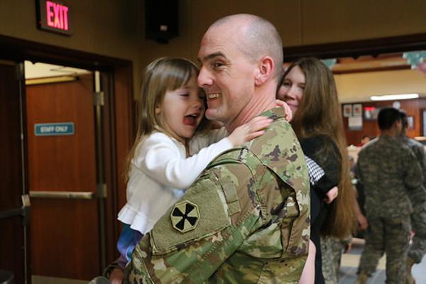 5ねんぶりに戦地から帰国したら3歳の娘が出迎えてくれた