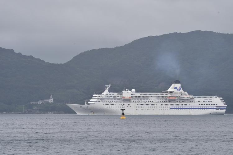 久賀島 浜脇教会前を航行する ぱしふぃっくびーなす