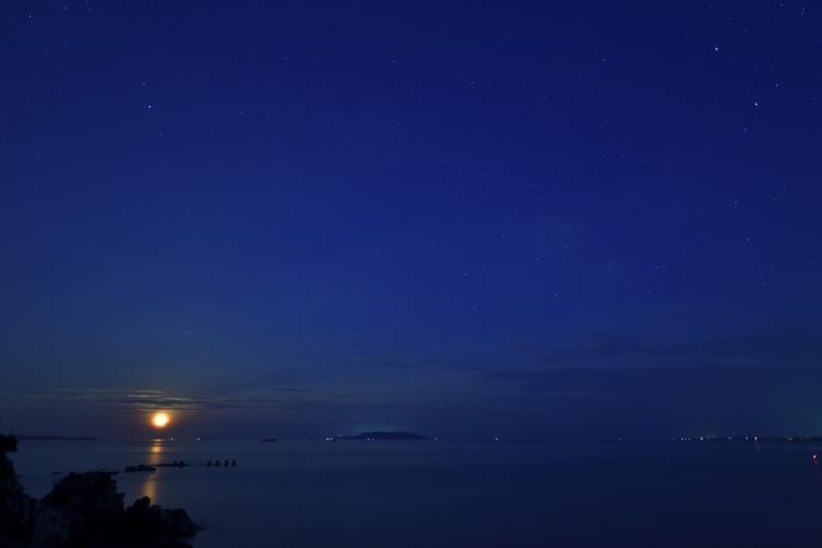 昇る月と星たち