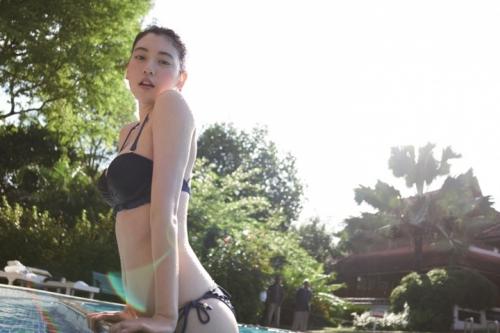 三吉彩花、1st写真集で大胆姿を披露!水着姿などセクシーなカット満載